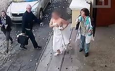 Bị mất ví khi tắm hơi, cô gái dí trộm quên mặc đồ
