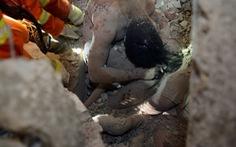 Rơi nước mắt hình ảnh cha che chở cho con gái khi nhà sập