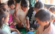 Bộ đội biên phòng nhường ăn sáng cho trẻ em biên giới