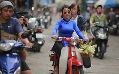 Đoan Trang quay clip Sài Gòn xưa nên đội mũ bảo hiểm?