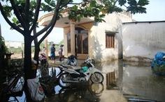 Bờ bao bị vỡ, nhà dân ngập lênh láng