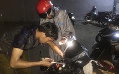 Ba thanh niên dầm mưa cứu hộ, sửa miễn phí xe ngập nước