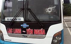 Xe khách bị ném đá trên cao tốc, tài xế phải nhập viện