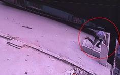 Tìm tung tích người đón xe buýt lọt hố ga tử vong