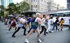 Nhóm nhạc Hàn Quốc nhảy flashmob tại trung tâm Sài Gòn