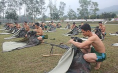 Chiến sĩ diễn tập giúp dân mùa mưa lũ