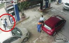 Nữ nhân viên bán xăng bị cán bộ ngân hàng hành hung