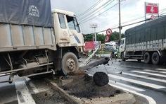Xe tải húc đổ cột đèn, quốc lộ 1A kẹt 3km