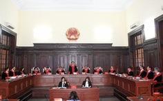 Thí điểm thẩm phán mặc áo choàng dài tay khi xét xử