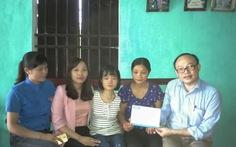 Trao tiền của bạn đọc hỗ trợ em Lê Thị Thắm
