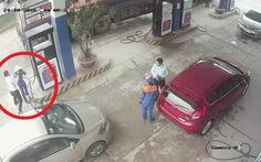 Không quy hoạch cán bộ ngân hàng đánh nữ nhân viên bán xăng