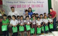 Tuổi Trẻ tặng quà cứu trợ dân vùng lũ Bình Định