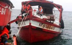 Cứu tàu cá và 7 người trôi dạt trên biển Nam Du