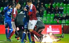 Thủ môn đội Lyon nhập viện vì bị ném pháo sáng