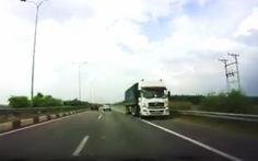 Xe tải chạy ngược chiều cao tốc TP.HCM - Long Thành - Dầu Giây