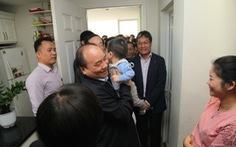 Thủ tướng vào tận bếp thăm cư dân chung cư thu nhập thấp