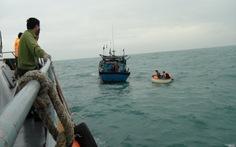 Cứu tàu cá chở các nhà khoa học gặp nạn trên biển