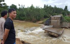 Bình Định sập 27 cầu vì lũ, đường nào mà đi!