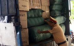 Bắt xe tải biển số Lào chở 11 bao đạn chì