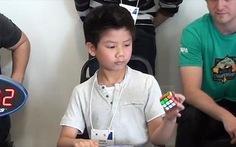 Clip chú bé xoay rubik bằng một tay trong 27 giây