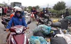 Đổ rác ra đường phản đối việc đốt rác