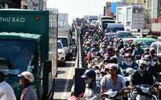 Kẹt xe kinh hoàng đường vào Tân Sơn Nhất giữa trưa