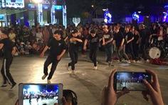 Hàng ngàn người xem biểu diễn nghệ thuật tại phố đi bộ