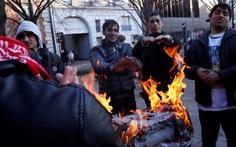 Cảnh sát Pháp bị tố thu mền của người nhập cư giữa trời đông