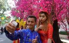 Bạn trẻ nô nức chụp ảnh tết Đinh Dậu ở Sài Gòn