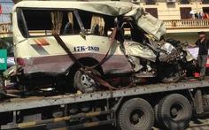Xe khách đi chùa đâm vách núi, 2 người chết, 27 bị thương