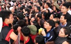 """Chen chân """"nghẹt thở"""" xin thẻ ấn đền Quang Trung"""