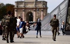 Binh sĩ Pháp bị chém ngay sân bảo tàng Louvre