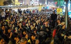 Hàng nghìn người tràn xuống đường dâng sao giải hạn