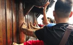 Chà tiền cầu may nhẵn bóng thân chùa ở Yên Tử