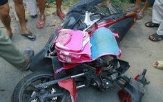 Xe khách 'lùa' hàng loạt xe máy, chị em bé gái tử nạn