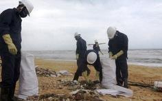 Thu gom dầu vón dạt vào bờ biển Quảng Nam