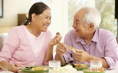 Tăng cường sức khỏe cho người cao tuổi lúc giao mùa