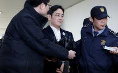 Người thừa kế tập đoàn Samsung bị giải đi thẩm vấn
