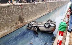 Ôtô lao xuống mương nước, nằm lật ngửa