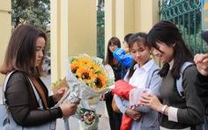 Bạn trẻ bán hoa dịp 8-3 dành tiền giúp các em nhỏ