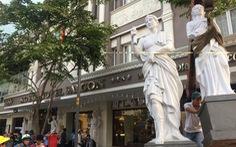Cẩu tượng khách sạn lấn chiếm vỉa hè Sài Gòn