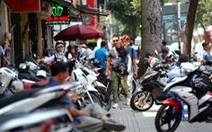 Vỉa hè Sài Gòn bị lấn chiếm: Có chống lưng, 'bảo kê'?