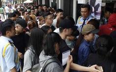 Hàng ngàn người lại chen chân mua hàng khuyến mãi
