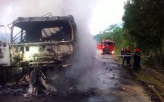 Xe tải chở củ mì bốc cháy dữ dội trên đèo Violắc
