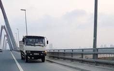 Đề nghị phạt nghiêm xe tải chạy ngược chiều trên cầu Nhật Tân