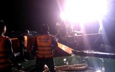 Cảnh sát biển cứu tàu cá và 8 thuyền viên trôi trên biển