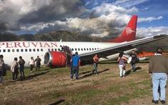 Máy bay chở 141 khách trượt đường băng, bốc cháy ở Peru