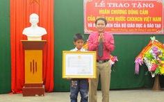 Tặng huân chương dũng cảm cho học sinh cứu hai trẻ