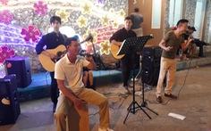 Du khách ca hát ở chợ đêm Phú Quốc