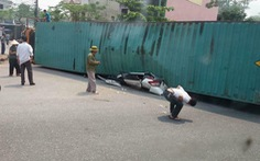 Xe container lật nghiêng đè nát xe 4 chỗ, hai người tử vong